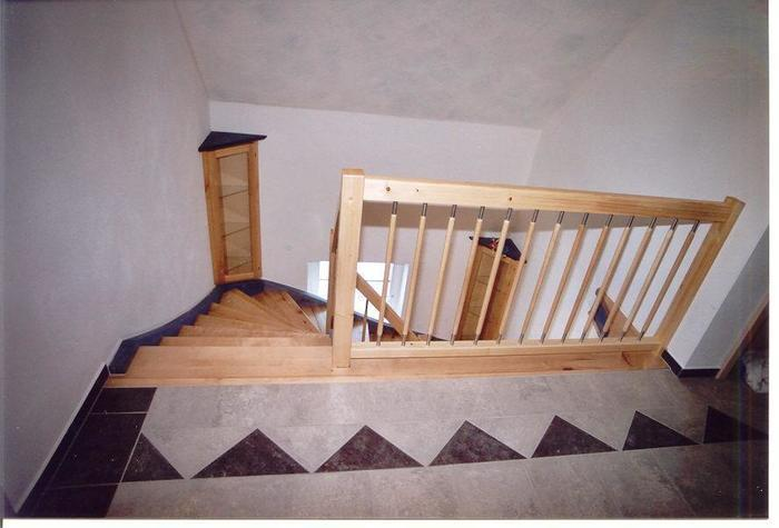 Treppe mit geländer und vitrine von oben