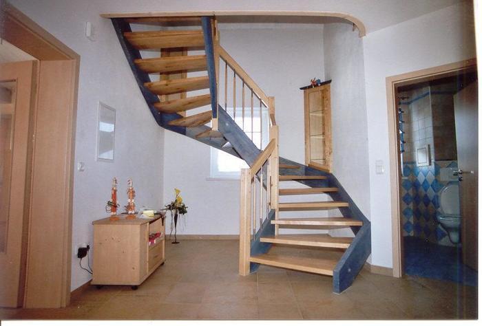 Treppe mit vitrine und schränkchen