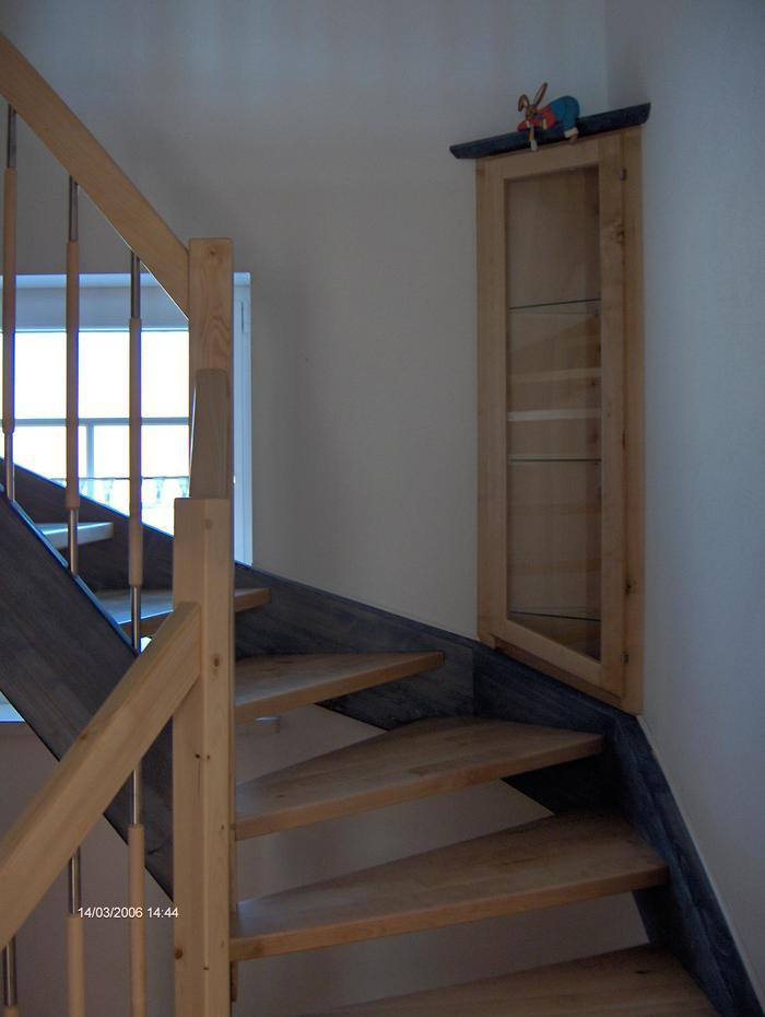 Holztreppe und vitrine