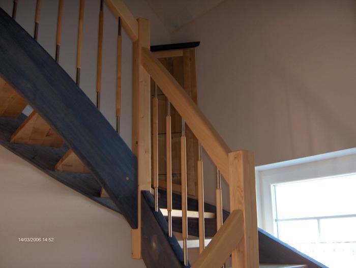 Holztreppengeländer und vitrine
