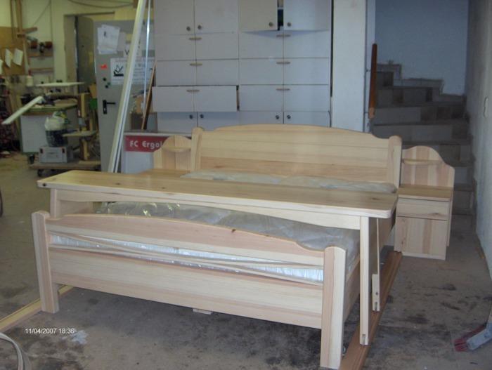 Holzbett mit betttisch