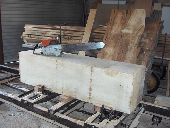 Holzblock und kettensäge